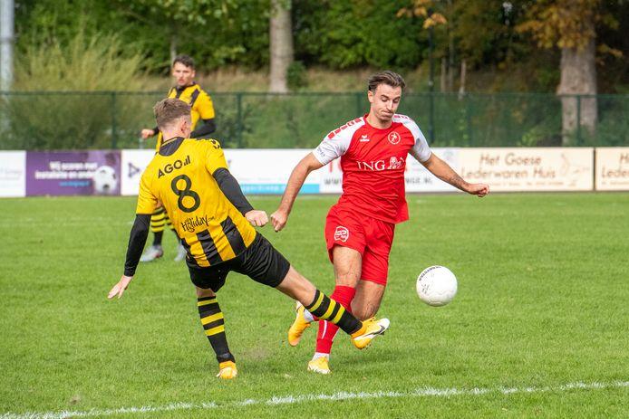 Siebe Schets (rechts), hier namens Goes in actie tegen DVS'33, speelt komend seizoen voor derdedivisionist Excelsior'31 in Rijssen.