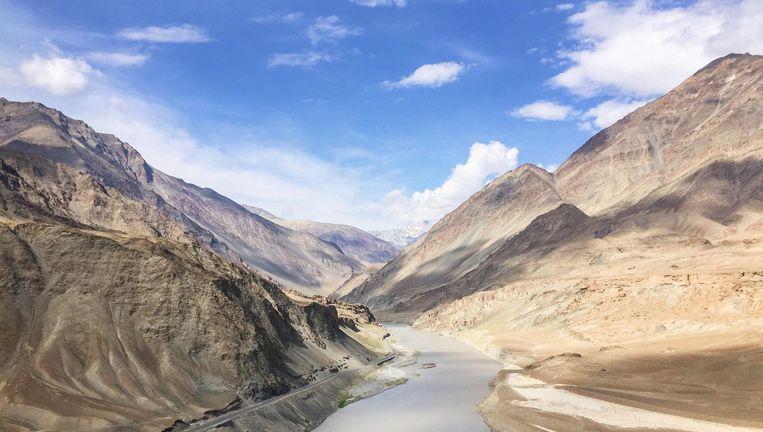 De bergen van Ladakh zijn curieus: hoogtewoestijnen uitgevoerd in geel, grijs, blauw en paars. Beeld Toine Heijmans