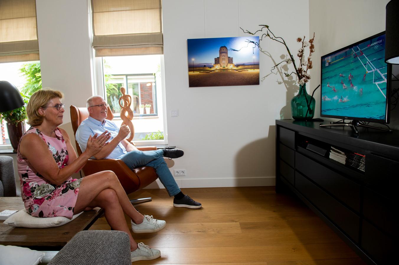 Marco Wolves en zijn vrouw Hetty Verhulst terwijl ze nog gewoon op televisie naar hun dochter kunnen kijken...