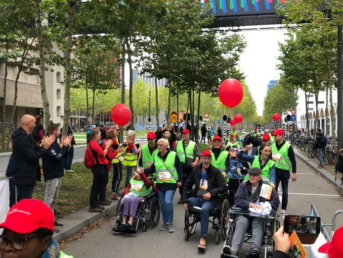 De groep bewoners en medewerkers van Woonzorg Vitalis komt binnen bij de 5KM4ALL van de Marathon Eindhoven (2019).