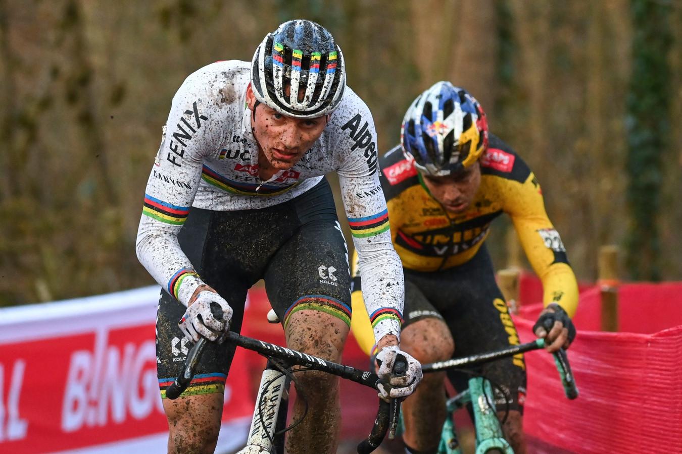 Mathieu van der Poel (l) was Wout van Aert (r) in Namen te snel af.