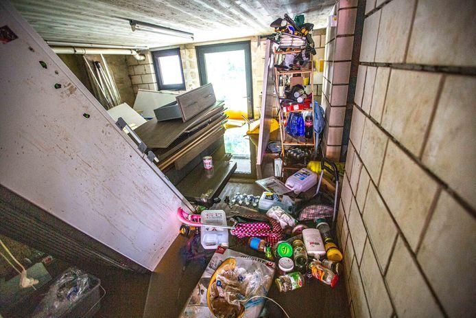 Kelders en lager gelegen delen van woningen in de Dworpsestraat kwamen volledig onder water te staan.
