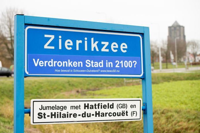BewuSD plakte kort voor de watersnoodherdenking teksten met 'verdronken stad/dorp in 2100' op verschillende plaatsnaamborden op Schouwen-Duiveland. Dat viel niet bij iedereen in goede aarde.