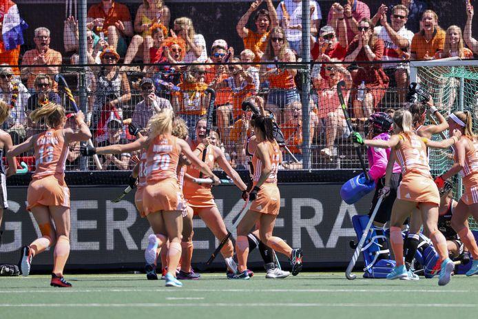 Vreugde bij Nederland na het scoren van 1-0.