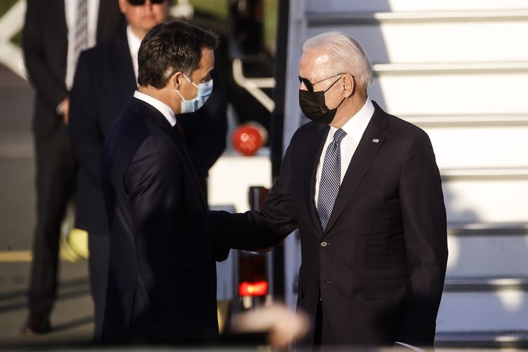 Premier De Croo verwelkomt president Biden in ons land. Beeld EPA