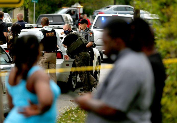 Omwonenden verzamelen zich bij de plaats van de schietpartij in Elizabeth City, North Carolina.