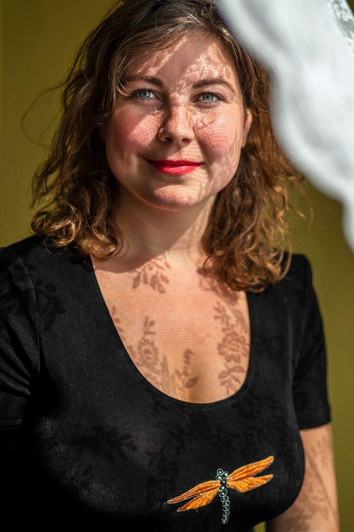 Babet te Winkel (28), mede-oprichter van Verlieskunst, bedacht Verlieskaarten. (condoleancekaarten).