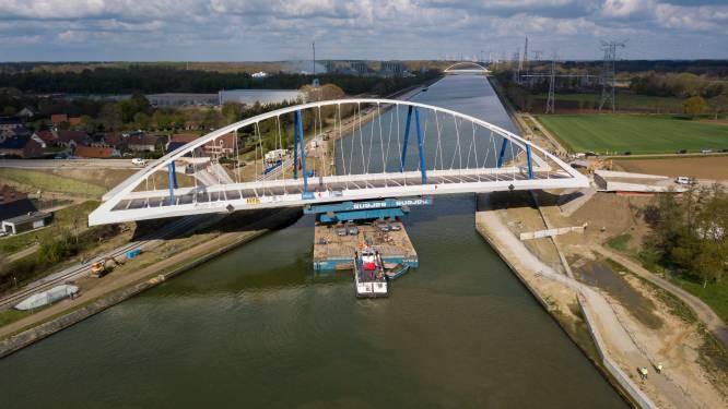 """Nieuwe boogbrug over Albertkanaal tussen Meerhout en Laakdal op haar plaats gevaren: """"Een brug van 1.000 ton staal plaatsen vergt heel wat vakmanschap"""""""