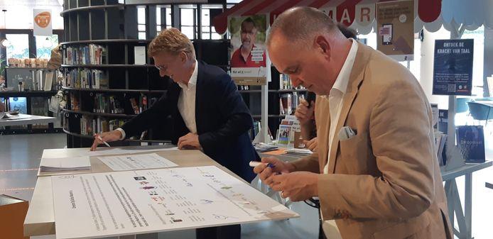 Maarten Prinssen, wethouder van de gemeente Uden (rechts), en Marnix Bakermans, burgemeester van de gemeente Landerd, ondertekenen het convenant.