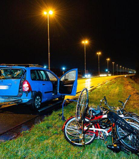 Automobilist verliest dertien fietsen door botsing in Tilburg, een bestuurder naar het ziekenhuis