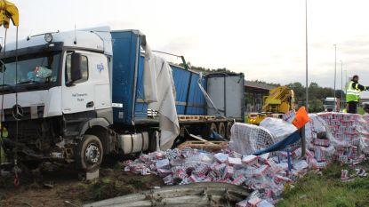 Vrachtwagen botst tegen vangrail en verliest duizenden liters bier op E17