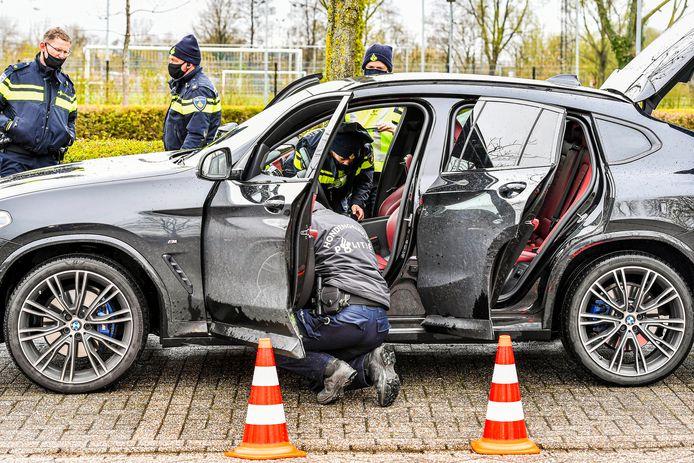 In deze auto vond de politie in Zevenbergen tijdens de patsercontrole dinsdagmiddag een stapel eurobiljetten.