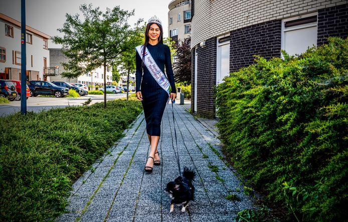 Jamie Kaffa won Super Model Universe Nederland, maar blijft ondanks kritiek nuchter. Zelfs tijdens het uitlaten van haar hondje Harley krijgt ze commentaar.