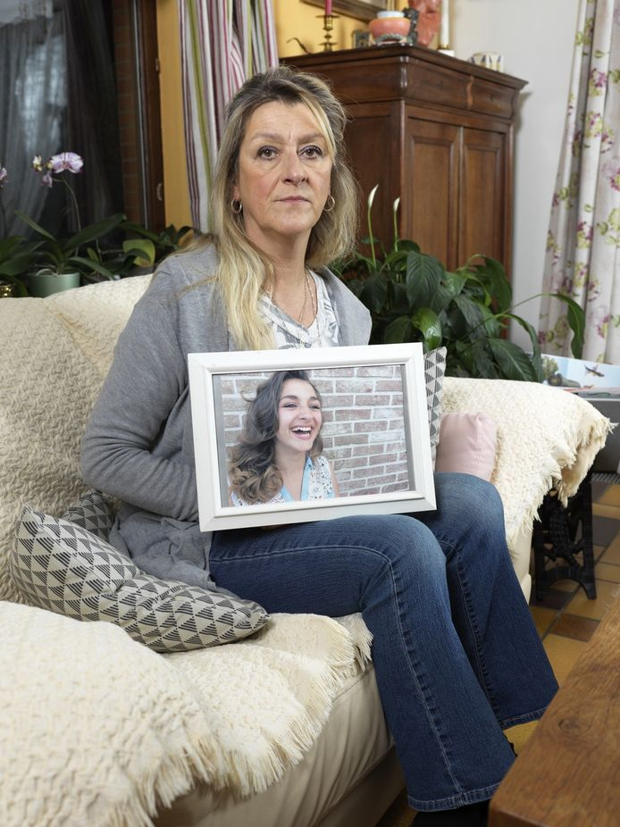 """Carla Claeys met een foto van haar dochter. """"Ze lachte echt altijd."""""""