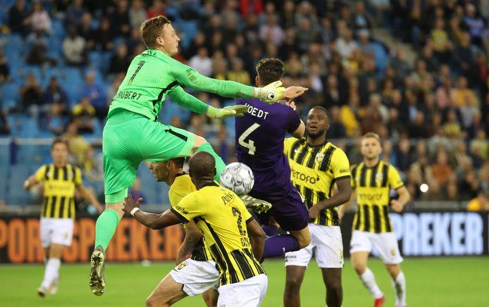 Vitesse-doelman Markus Schubert in een luchtduel met Anderlecht-verdediger Wesley Hoedt.