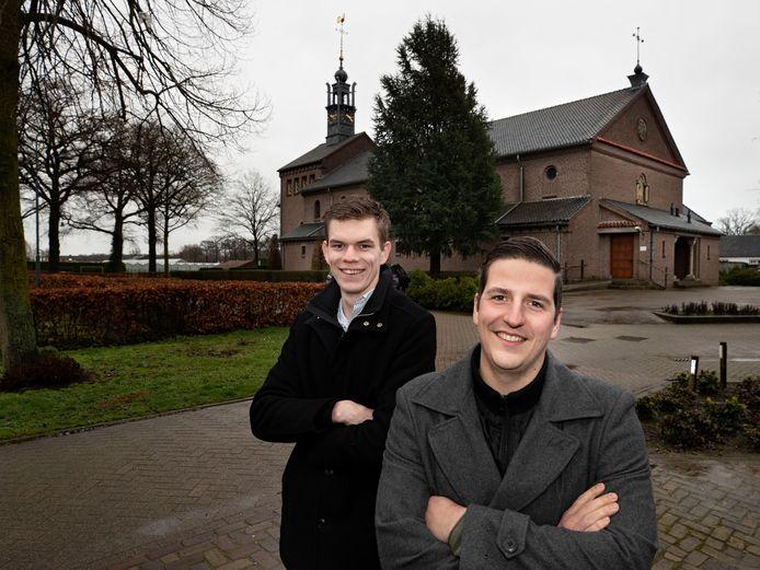 Stan Verberne (l) en Rens Crooijmans doen onderzoek naar herbestemming van de kerk in Helenaveen.