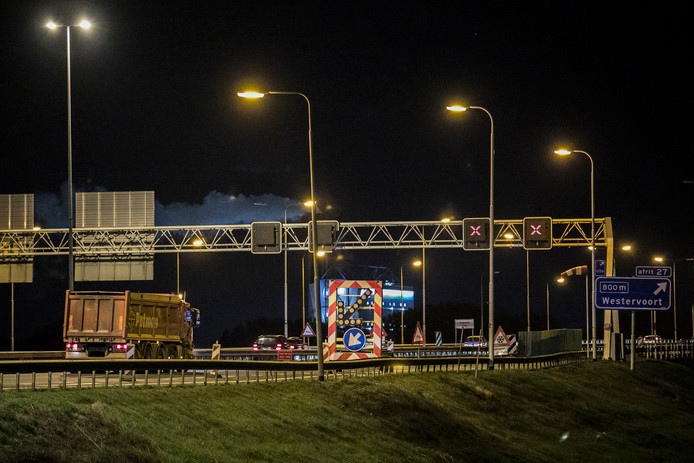 Vrachtwagens reden in de nacht van vrijdag op zaterdag over de brug om de brug te testen.