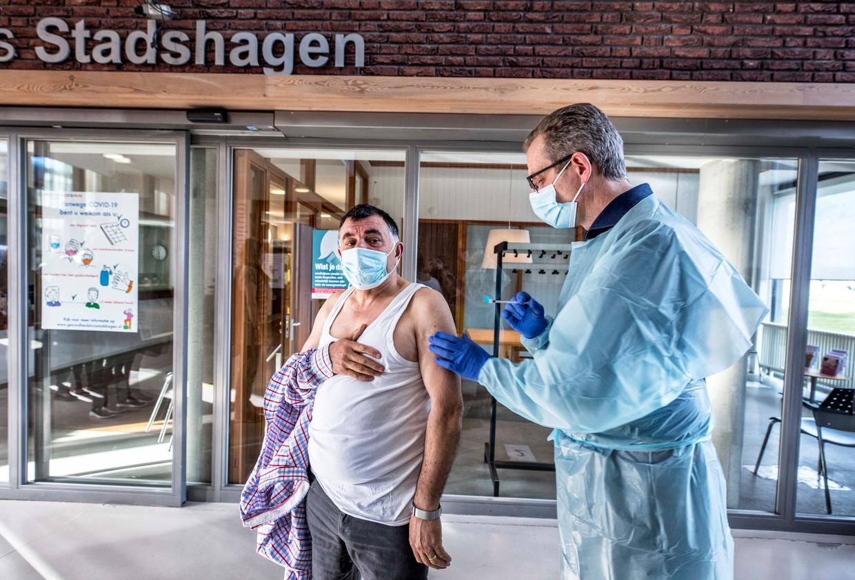 Huisarts Marco Blanken dient in gezondheidscentrum Stadshagen een AstraZeneca-vaccin toe.  Beeld Raymond Rutting / de Volkskrant