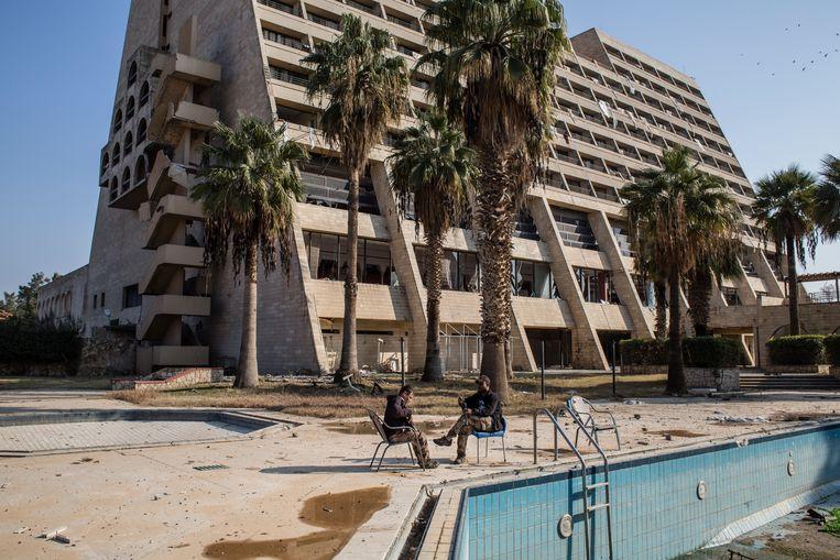 ► Soldaten verpozen bij het Ninevé International Hotel, voorpost van het Iraakse leger. Beeld Hawre Khalid