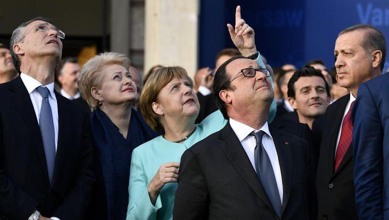 Samenzijn in betere tijden: de Turkse president Erdogan (rechts) met Europese leiders op de Navo-top in Warschau, begin juli. Beeld Eric Lalmand, Belga
