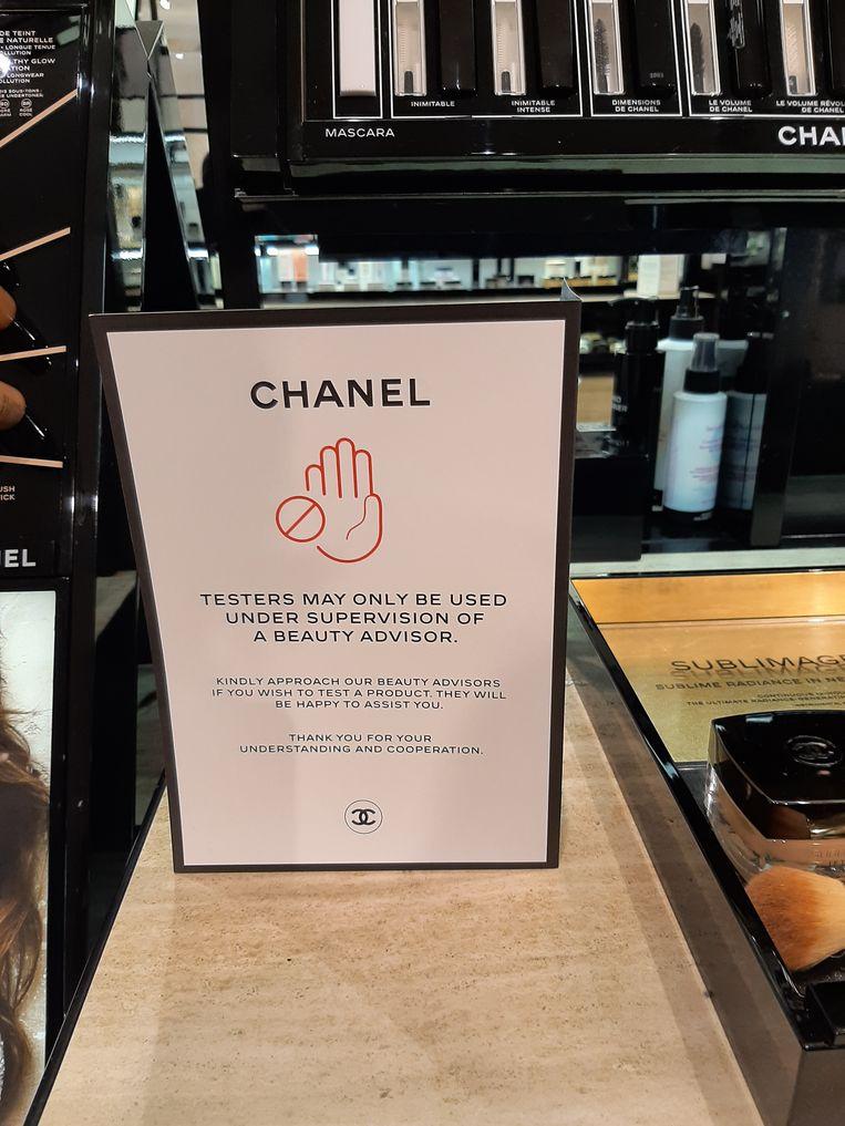 Een bord maakt de regels duidelijk op de make-upafdeling. Beeld Hanneloes Pen
