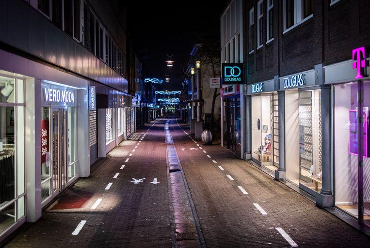 Een lege straat tijdens de avondklok in het centrum van Purmerend. Beeld Hollandse Hoogte / Ramon van Flymen