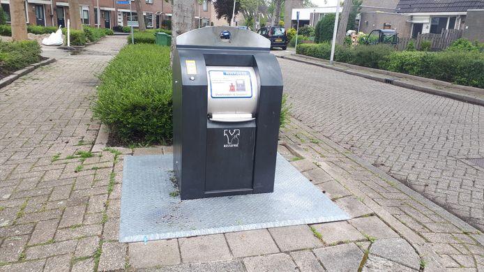 Ondergrondse container in Nieuwerkerk aan den IJssel, gemeente Zuidplas. Alleen met een pasje kunnen inwoners hun vuilniszakken erin kwijt. Dat kost 1,50 euro per zak.