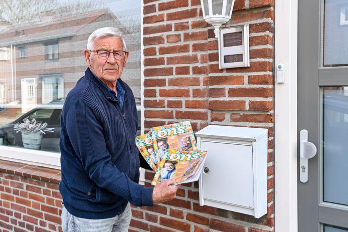 Decorandus Ad van Oorschot uit Kruisland is 82, maar bezorgt nog steeds het maandblad van de KBO.