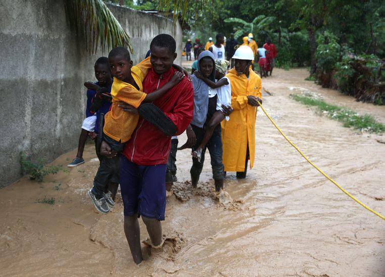 Bewoners worden geëvacueerd op Haïti. Beeld EPA