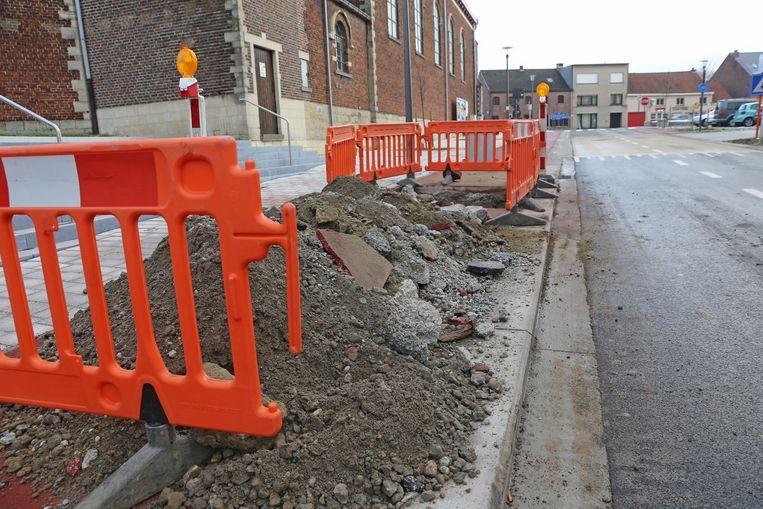 Het pas aangelegde voetpad werd gisteren opgebroken.