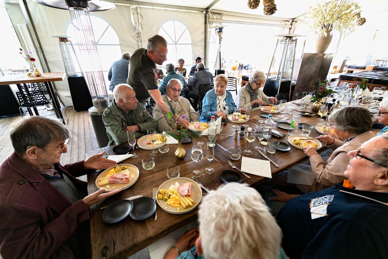 Asperges Op de Velden in Veldhoven in 2019 waar kwetsbare ouderen van hun maaltijd genieten