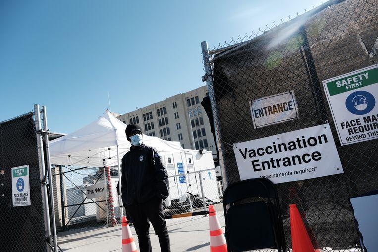 Een veiligheidsagent voor een van de vaccinatiecentra in Brooklyn.  Beeld Getty Images