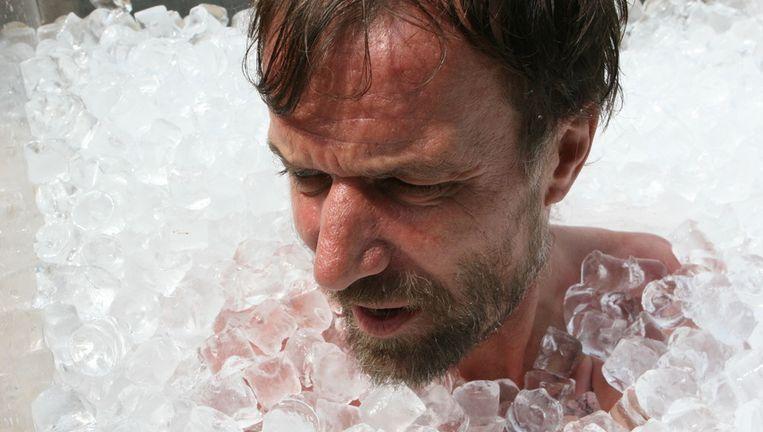 'Iceman' Wim Hof breekt zijn recordtijd in ijs doorbrengen in juni 2007, nieuwe recordtijd: 1 uur, 10 minuten, 35 seconden. Beeld ANP