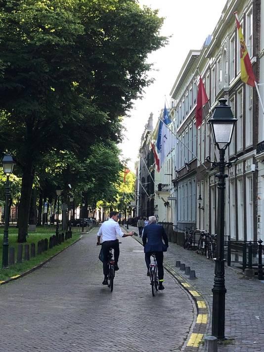 Premier Rutte en minister-president Karins van Letland op de fiets