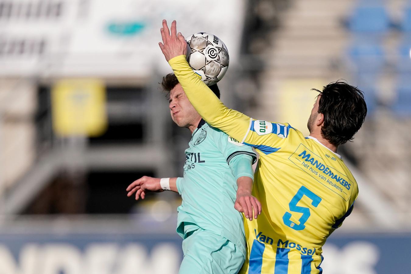 Willem II-aanvaller Mats Köhlert (links) II in duel met RKC'er Paul Quaste.n