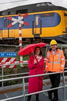 Prorail sluit zes onbewaakte overwegen tijdens werk aan spoorlijn: 'Blij dat spoor nu dicht is'