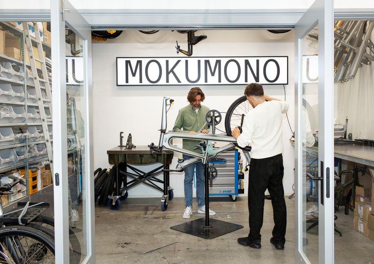 Eigenaren Tom (r) en Bob Schiller in de werkplaats van Mokumono Cycles in Diemen. Beeld Susanne Stange