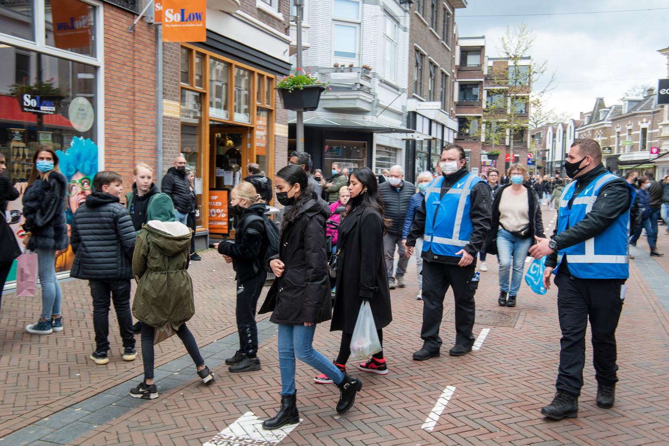 Onder meer tien druktestewards in blauwe hesjes zorgden er zaterdagmiddag in de binnenstad van Apeldoorn voor dat het publiek niet opnieuw naar huis gestuurd moest worden vanwege te grote drukte.