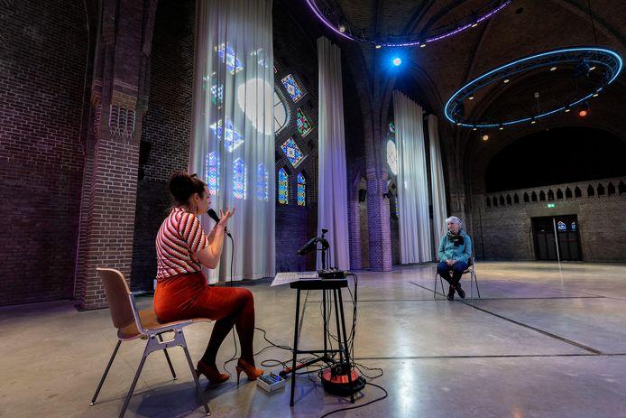 Rianne Wilbers gaat de komende tijd privéconcerten geven: een-op-een. In de voormalige kapel van DomusDela. Kunstmedewerkster ED Marjolijn Sengers krijgt een voorproefje.