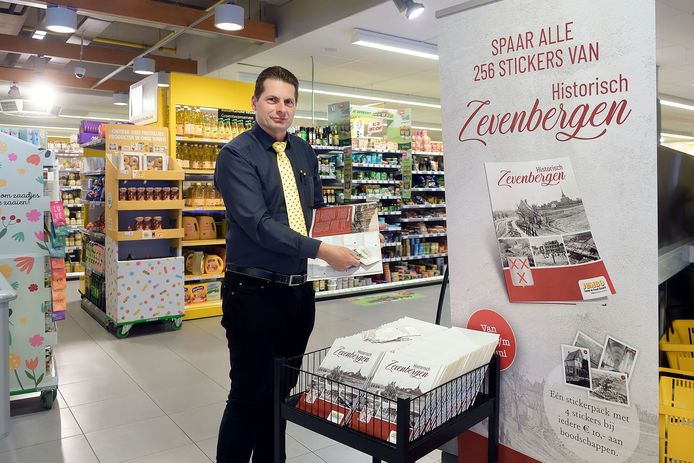 Frank Simonis toont het verzamelalbum Historisch Zevenbergen.  ,,Eens een keer niet de geijkte voetbal- of hockeyplaatjes bij je boodschappen.''