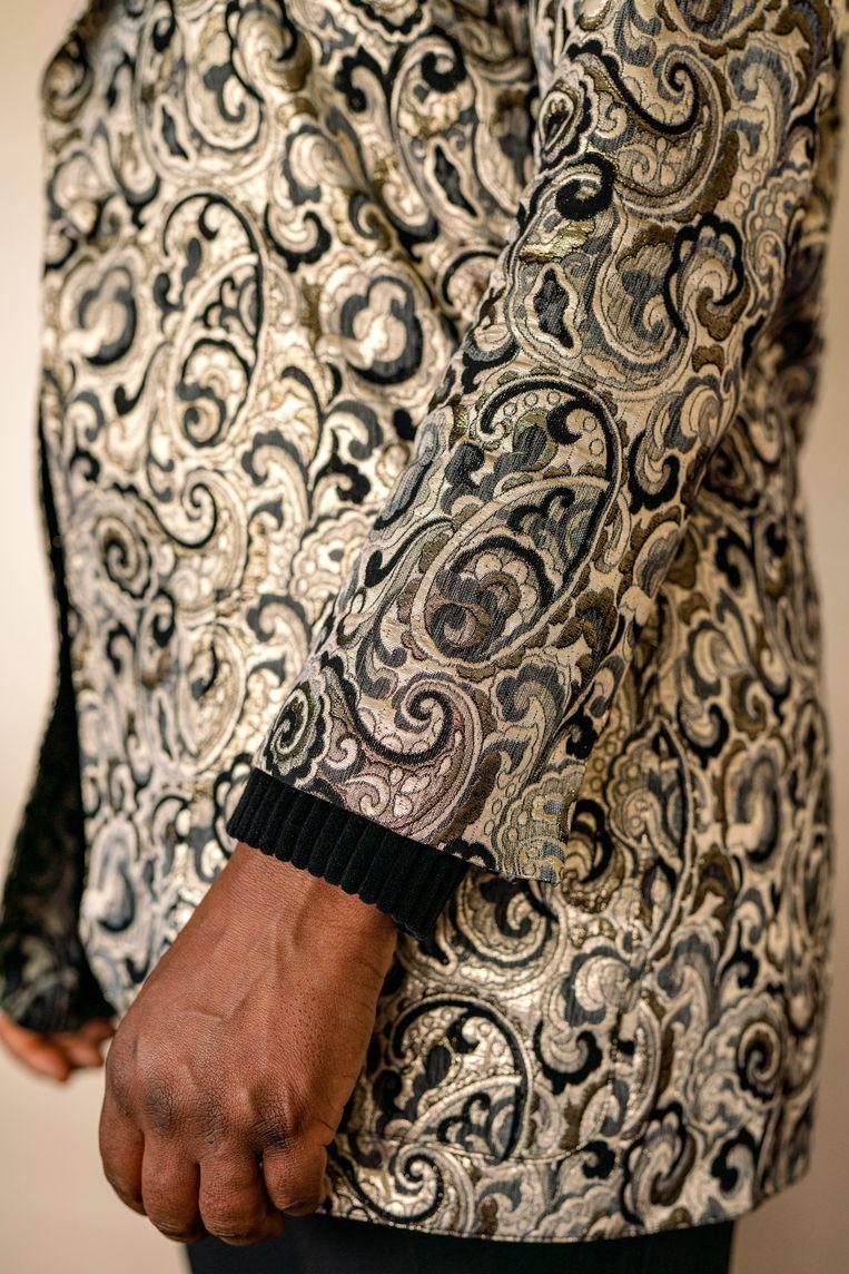 Marga Weimans draagt een vintage jasje gemaakt van brokaat.  Beeld Jordi Huisman