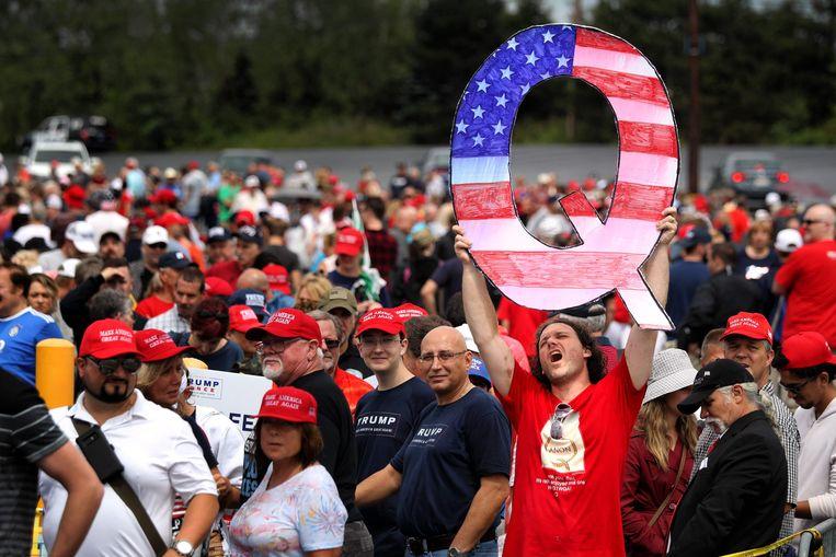Bij een Trump-bijeenkomst in Pennyslvania twee jaar geleden staat een bezoeker met een groot Q-bord, verwijzend naar de Qanon-beweging die inmiddels tot de kern van de macht in Washington lijkt door te dringen. Beeld AFP