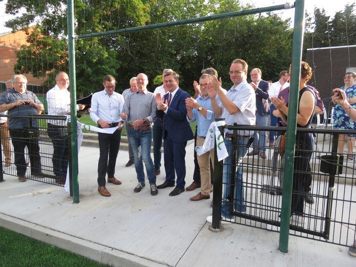 Sportschepen José Debels kreeg de eer om het lintje door te knippen en het kunstgrasveld officieel te openen.