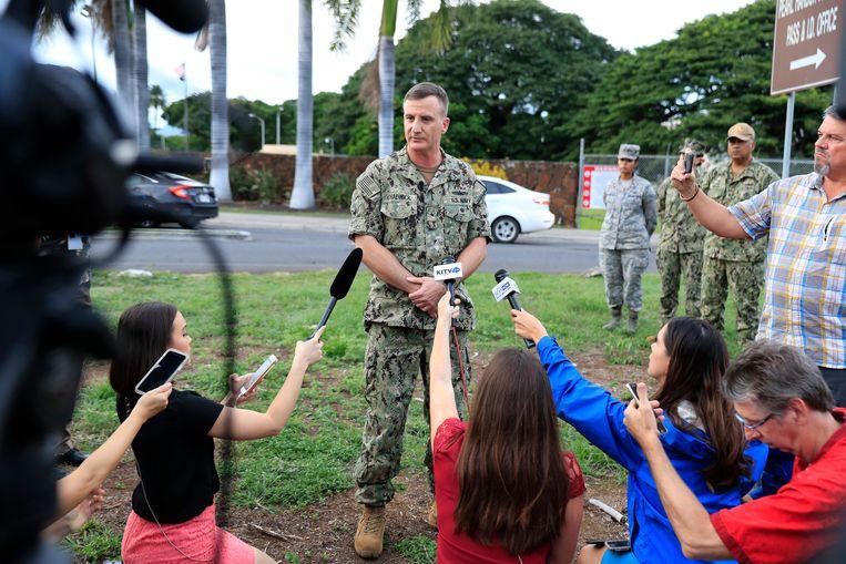 Admiraal Robb Chadwick spreekt de pers toe bij de marinebasis Pearl Harbor na de schietpartij. Beeld AP