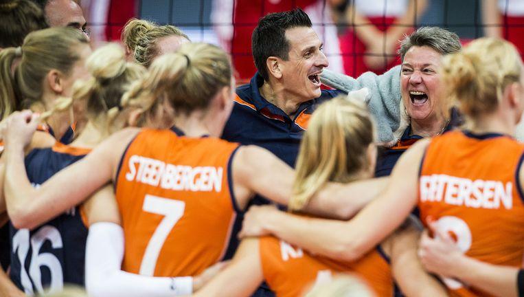 Het Nederlandse team, met in het midden coach Giovanni Guidetti, viert donderdag dat de halve finale is behaald door Polen te verslaan. Beeld null