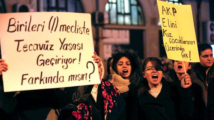 Vrouwen in Turkije protesteren tegen het omstreden voorstel