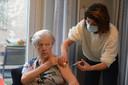 De 83-jarige Lut is blij dat er weer betere tijden zitten aan te komen nu de vaccinaties in een verhoogd tempo uit te voeren.