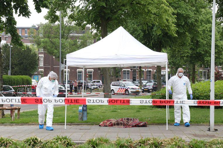 De politie onderzoekt het lichaam van een vrouw dat in een tapijt is gevonden. Beeld Joey Bremer
