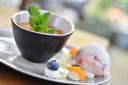 Nagerecht: panna cotta met tonkaboon en kruim van pepernoot en yoghurt-bloedsinaasappelijs.