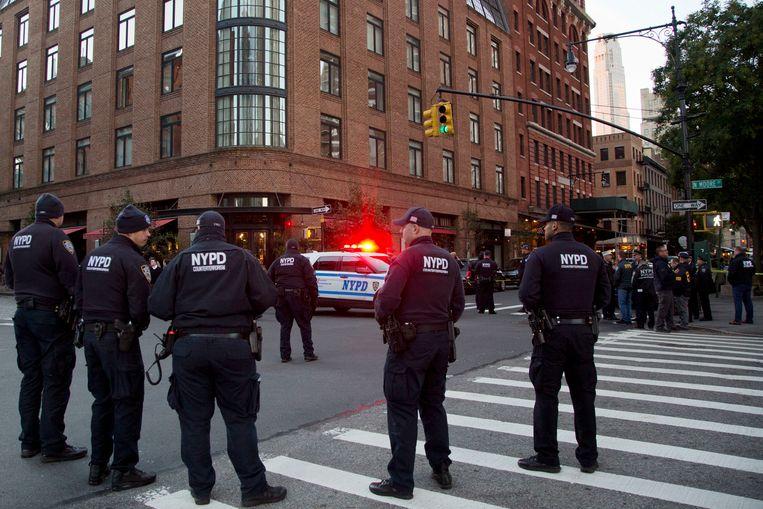 Politieagenten bij een gebouw in de New Yorkse wijk Tribeca. Volgens CNN is er een verdacht pakketje gevonden dat was geadresseerd aan de acteur Robert De Niro. Beeld null